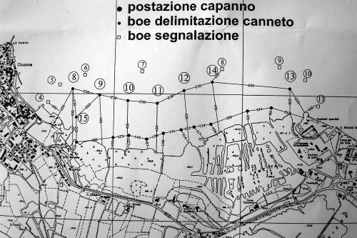capanni caccia galleggianti sul lago di Iseo:uno sbarramento micidiale di fuoco