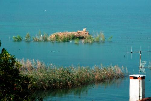 postazione di caccia galleggiante sul lago di Iseo