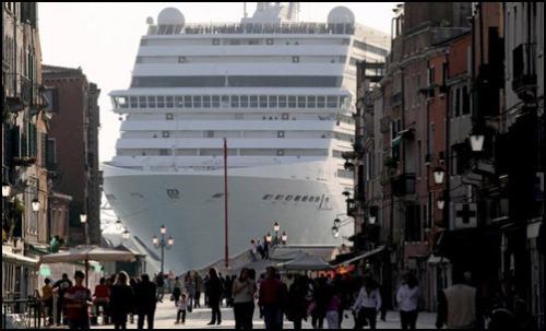 Nave da crociera ,accarezza S Marco e il Canal Grande a Venezia.Il vizietto non si leva facilmente