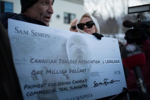 mega assegno per la campagna contro lo sterminio delle foche